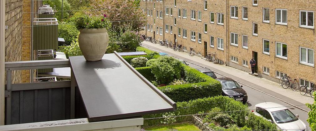 Vores altanbord er håndlavet, udviklet i Danmark og vores altanborde passer på alle altaner.